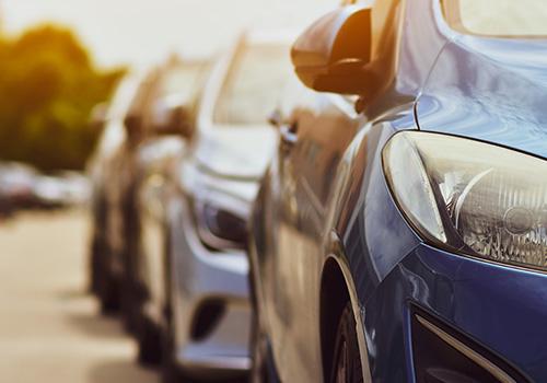 Corona-Schutz: Patienten warten im Auto